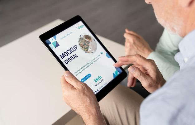 Digitaal seniorenconcept met apparaatmodel Gratis Psd