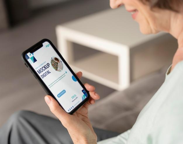 Digitaal seniorenconcept met apparaatmodel