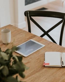 Digitaal tabletmodel op de houten tafel