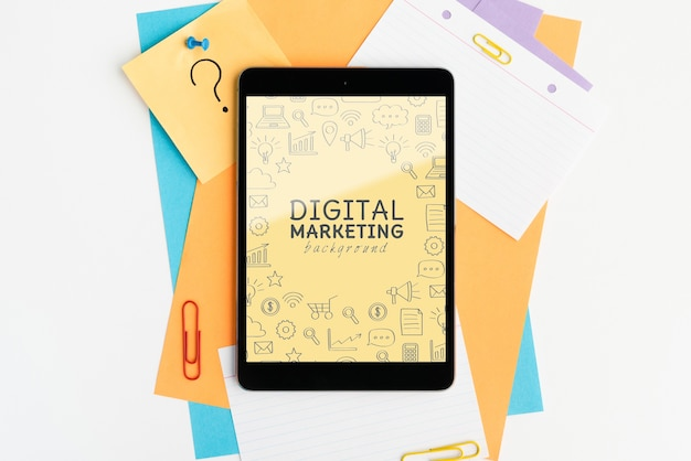 Digitale marketing achtergrond op het bovenaanzicht van het tabletapparaat