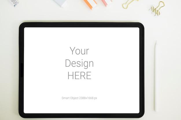 Digitale tablet mockup op kantoor werktafel.