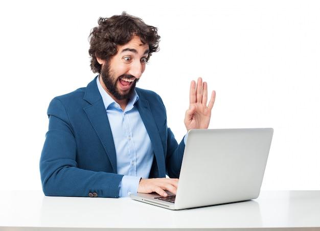 Dipendente allegro, lavorando con il suo computer portatile