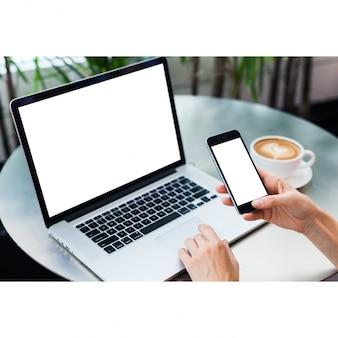 Diseño de mock up de portátil y teléfono móvil
