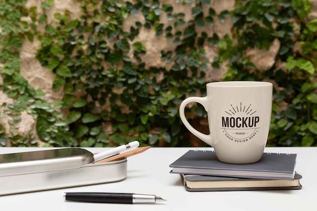 Diseño de escritorio minimalista con maqueta de taza.