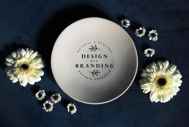 Diseño floral y maqueta de placa de marca.