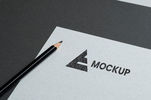 Diseño de logotipo de maqueta en accesorios de papelería