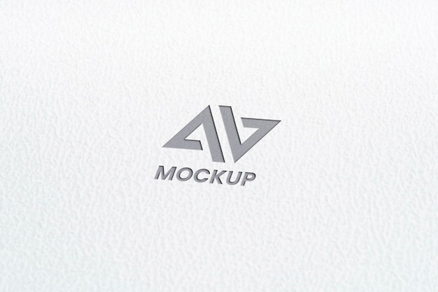 Diseño de logotipo de maqueta de letra mayúscula en papel blanco minimalista