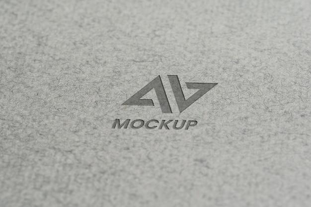 Diseño de logotipo de maqueta de letra mayúscula en papel minimalista