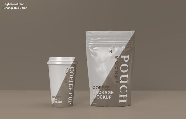 Diseño de maqueta de bolsita de empaque de café y taza de café