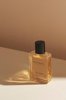 Diseño de maqueta de botella de vidrio de perfume en blanco