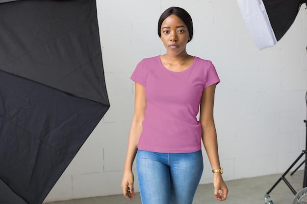 Diseño de maqueta de camisas de mujer vistiendo