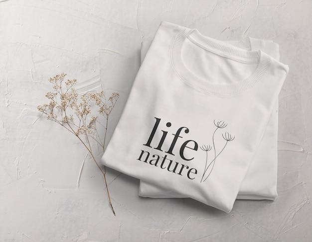 Diseño de maqueta de camiseta doblada