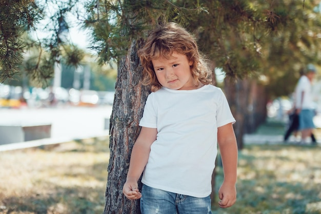Diseño de maqueta de camiseta para niños