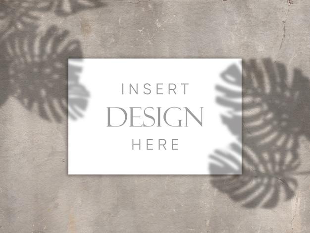 Diseño de maqueta editable con tarjeta en blanco sobre textura de hormigón con fondo de superposición de sombras