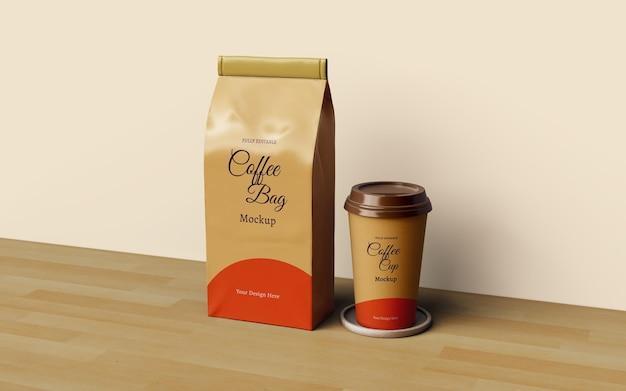 Diseño de maqueta de empaque de bolsa de café y taza de café.
