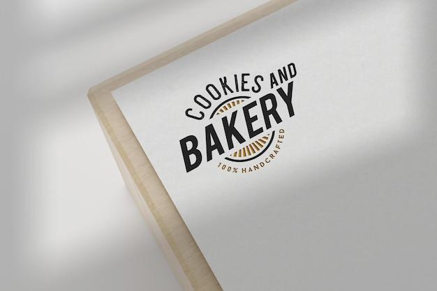 Diseño de maqueta de logotipo de panadería en papel blanco