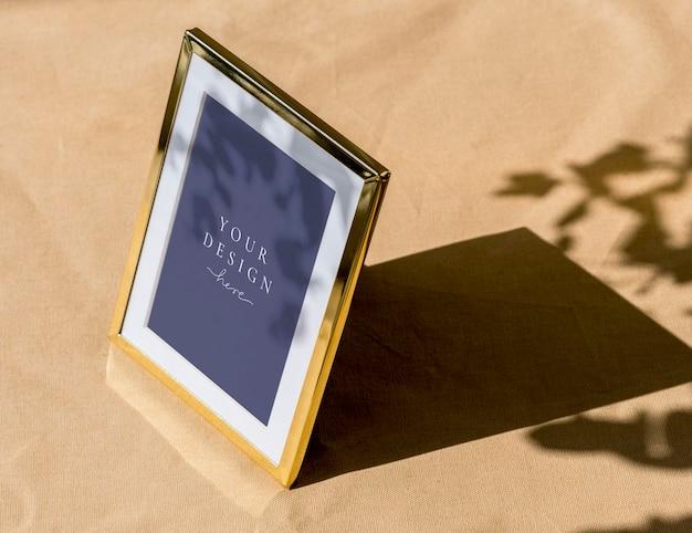 Diseño de maqueta de marco de fotos dorado
