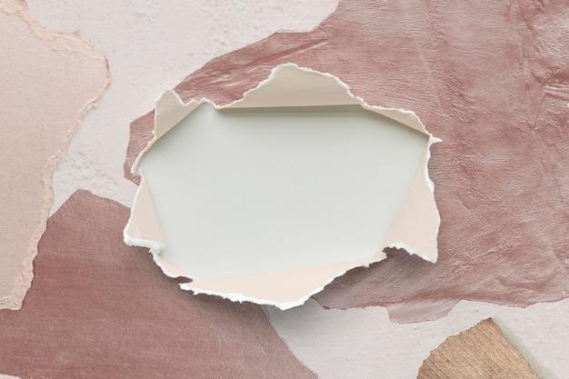 Diseño de maqueta de papel rasgado en una pared