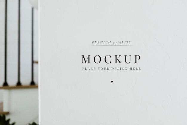 Diseño de maqueta en pared blanca.