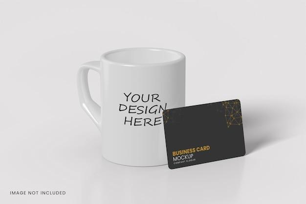 Diseño de maqueta de taza y tarjeta de visita aislado