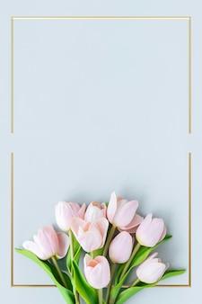 Diseño de marco de tulipán floreciente dorado