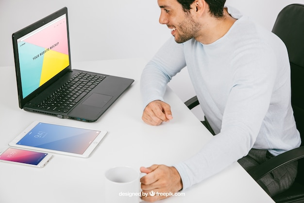 Diseño de mock up de hombre con dispositivos tecnológicos