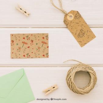 Diseño de mock up con tarjeta de boda, complementos y sobre