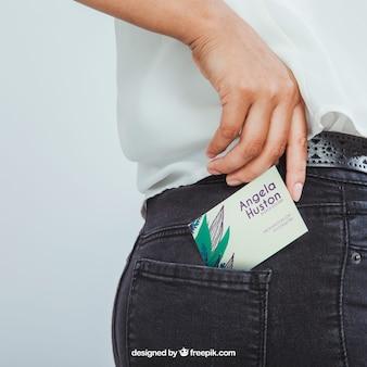 Diseño de mock up con tarjeta de visita, mano y bolsillo