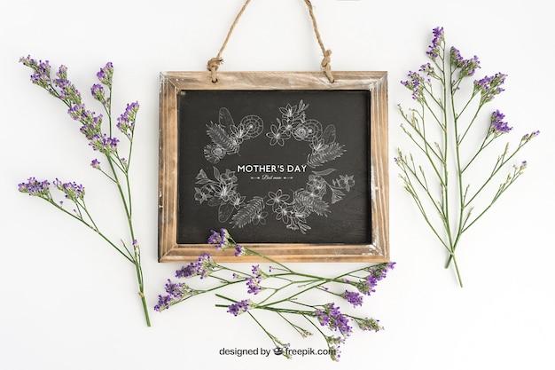 Diseño de mockup de pizarra con flores