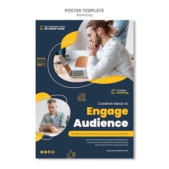 Diseño de plantilla de póster con personas que trabajan en dispositivos.