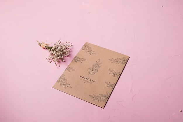 Diseño de sobre y arreglo floral