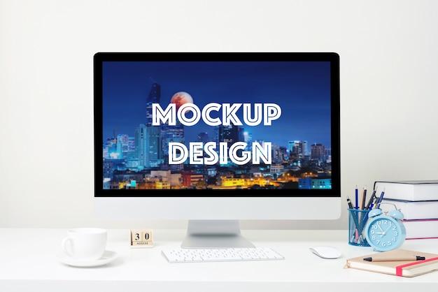 Display del computer per mockup sulla scrivania bianca in ufficio.