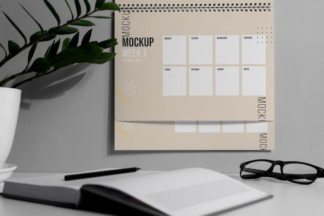 Disposición del calendario de pared de maqueta en el interior