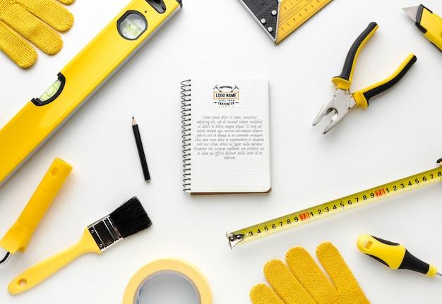 Disposición de diferentes herramientas de reparación.