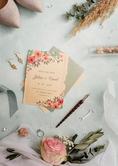 Disposición plana de elementos de boda con maqueta de tarjeta