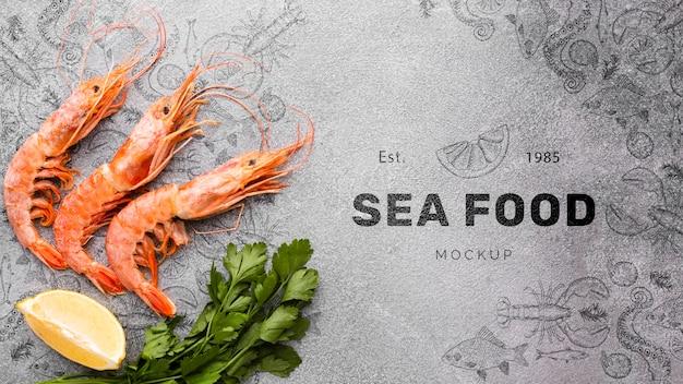 Disposición plana sabrosa comida de mar con maqueta
