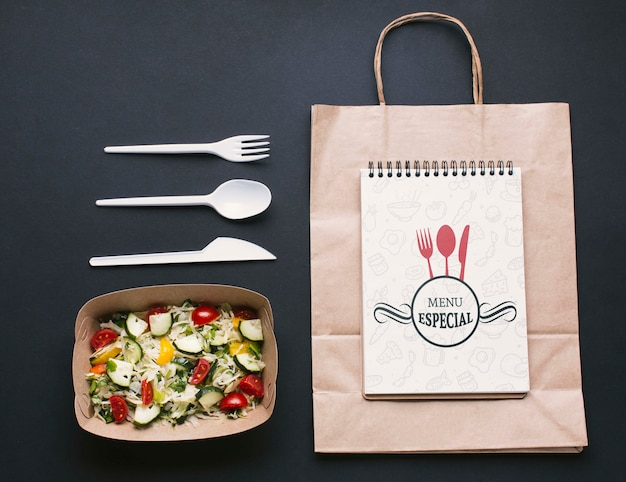 Disposición de servicio de comida gratis y plano con maqueta de bloc de notas
