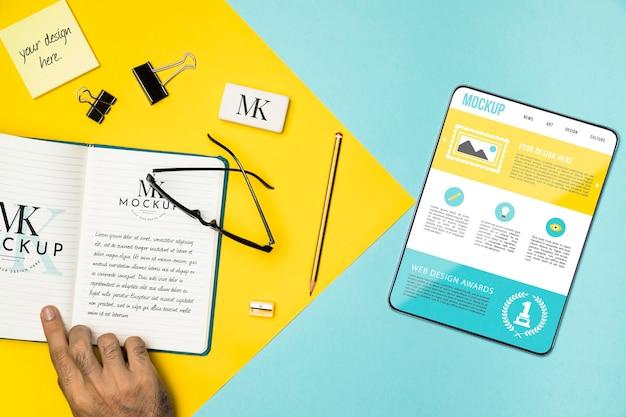 Disposición de la tableta y el cuaderno de la vista superior
