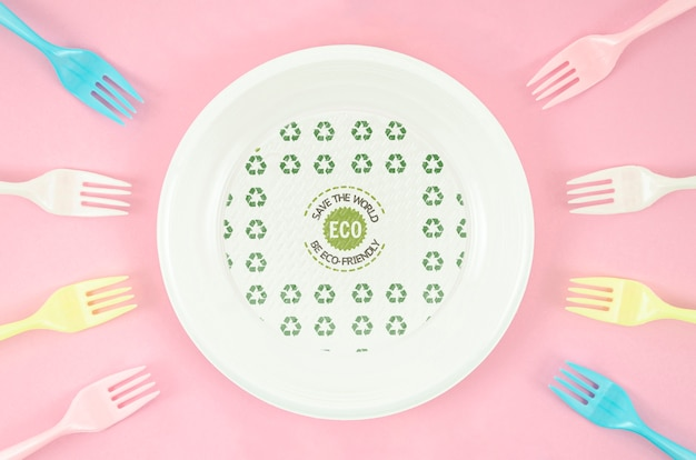 Disposición de tenedores y platos ecológicos.