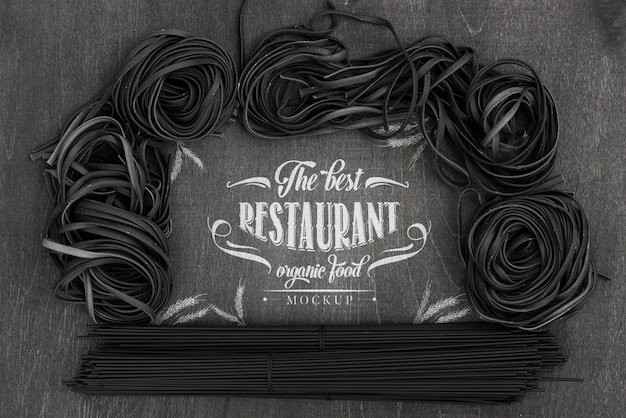 Disposición de la vista superior de la maqueta de espagueti oscuro