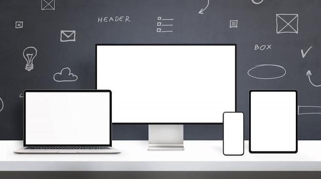 Dispositivi di visualizzazione reattivi sul mockup di scrivania del web designer. concetto della scrivania con gli schermi isolati sull'esposizione, sul computer portatile, sul telefono e sulla compressa del computer. disegni di elementi di web design in background