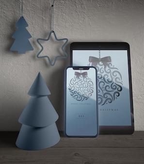 Dispositivi moderni con tema natalizio acceso