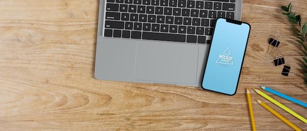 Dispositivo electrónico plano laico copia espacio teclado portátil smartphone en pantalla vacía en la mesa de madera