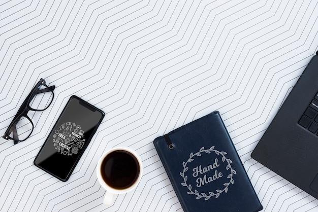 Dispositivo elettronico copia-spazio sulla scrivania