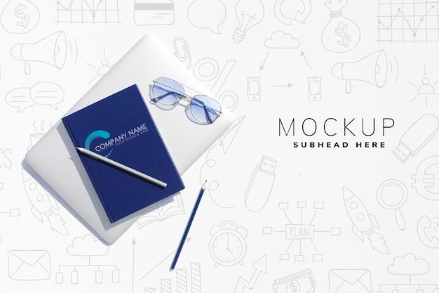 Dispositivo tablet sulla scrivania al mock-up ufficio