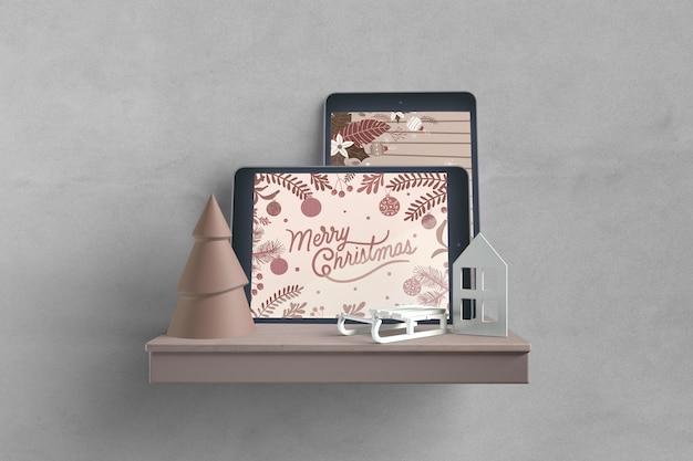 Dispositivos electrónicos en maqueta de estante