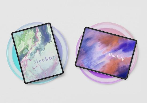 Dispositivos de tabletas en soporte de círculo de vidrio
