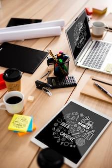 Dispositivos de tecnología moderna en el escritorio