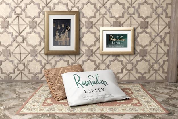 Disposizione con cornici a parete e cuscino sul tappeto