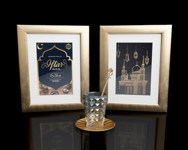 Disposizione con cornici e vetro sul tavolo nero